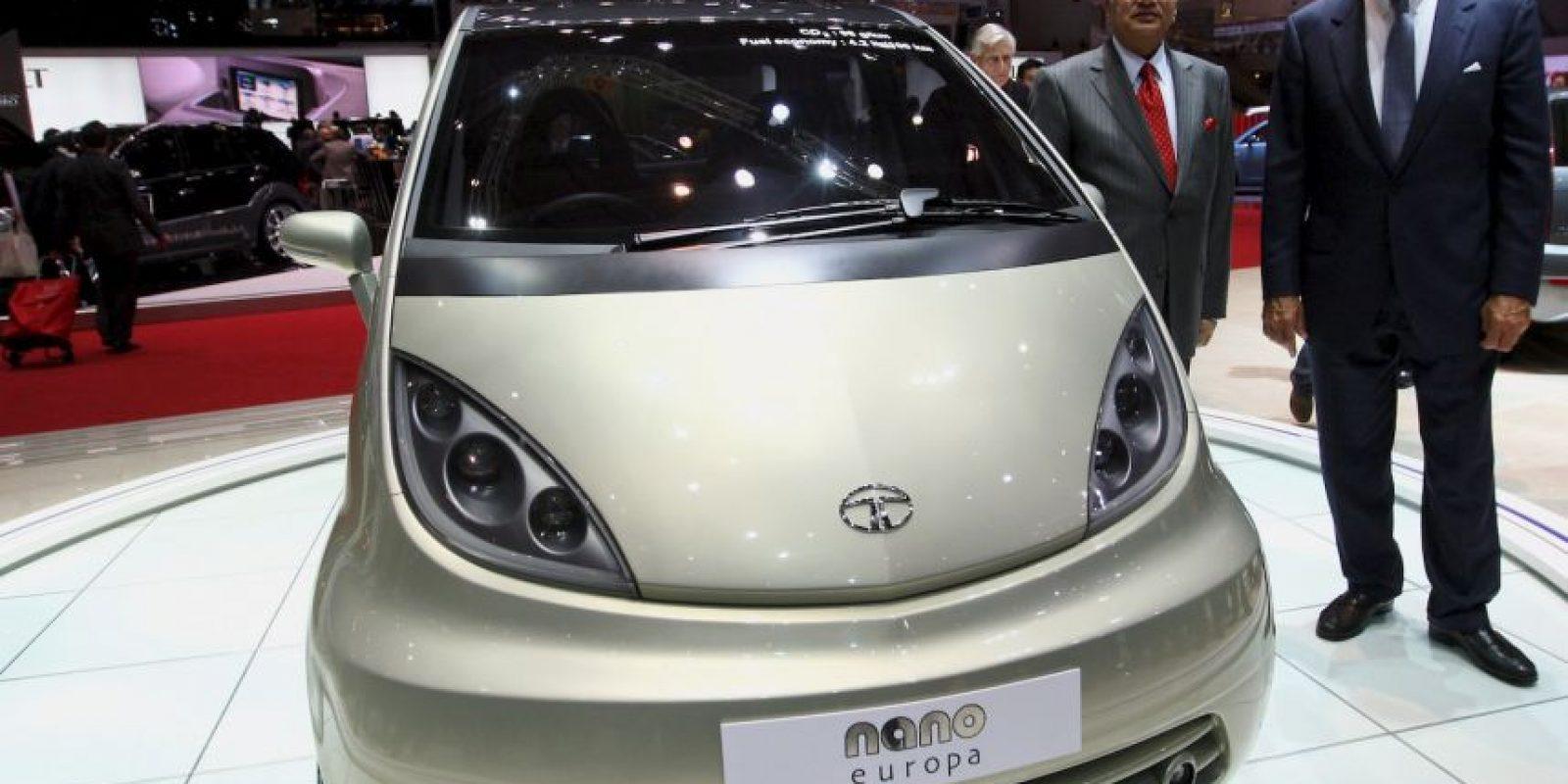 """Este coche es fabricado por la automotriz india """"Tata Motors"""" y tiene capacidad para cuatro personas. Además es de cinco puertas, cuenta con motor trasero, dos cilindros, potencia máxima de 33 caballos de fuerza y consume 4.5 litros de gasolina por cada 100 kilómetros recorridos. Su precio es de 2 mil 500 dólares. Foto:Getty Images"""