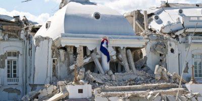 Cinco días después del terremoto magnitud 7.0 que destruyó al país, tres personas fueron rescatadas con vida en el interior de un supermercado Foto:Getty Images