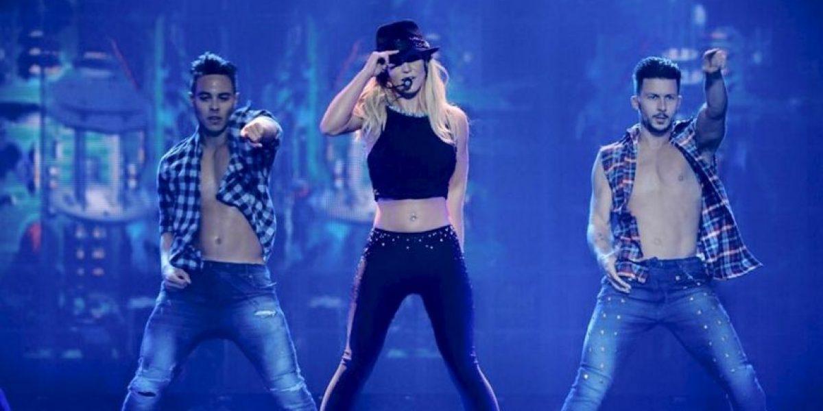 Britney Spears y otros 15 famosos que se han caído en el escenario