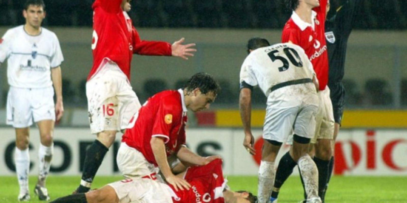 A pocos minutos del final, el delantero, de 24 años, fue amonestado, y con una sonrisa sarcástica le dio la espalda al árbitro para caminar hacia el área de su equipo. Ahí se desplomó súbitamente. Foto:Getty Images