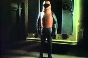 """En 1977, antes de que """"Iron Man"""" llegara a la pantalla grande, un brillante profesor que quedo paralizado por culpa de un grupo de sicarios construyó una armadura para pelear contra el mal, su nombre era """"Exo-Man"""". Foto:YouTube"""
