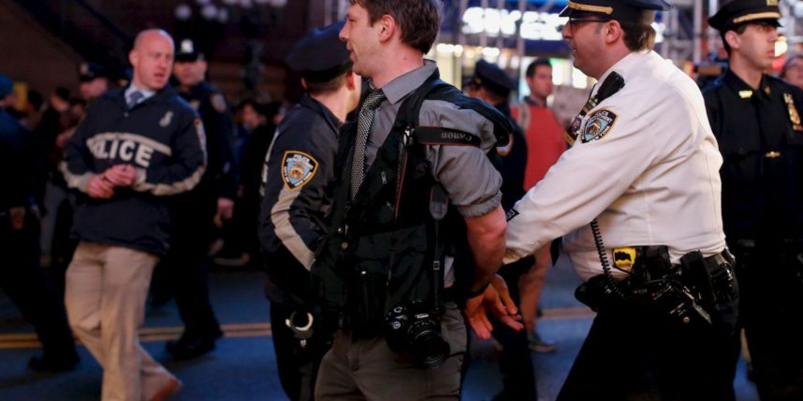 Los disturbios que se produjeron cuando los manifestantes forcejearon con los agentes. Foto:Getty Images