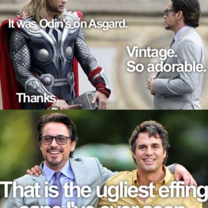 """""""Qué linda tu capa, Thor, ¿dónde la hiciste?"""", le pregunta """"Tony"""". Este responde: """"Es de Asgard"""". Tony responde: """"Vintage. Adorable"""". Apenas """"Thor"""" se va, """"Tony"""" le dice a """"Bruce"""" lo que realmente piensa: """"Es la capa más horrible que he visto"""". Foto:vía Facebook/Robert Downey Jr."""