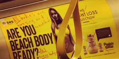 La gente demostraba su enojo rayando los anuncios Foto:Vía instagram @ioanholland
