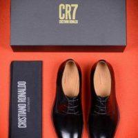 """Recién estrenó su marca de calzado bajo el nombre de """"CR7 Footwear"""", y el precio de cada par de zapatos ronda los 115 y 630 dólares. Foto:Vía instagram.com/Cristiano"""