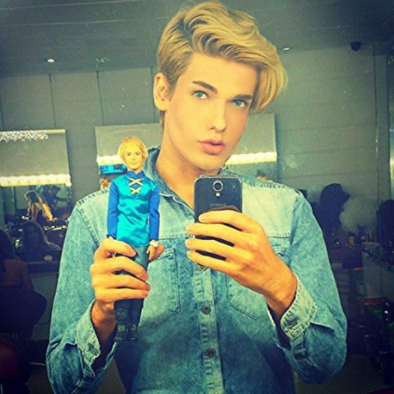 """Es un modelo brasileño de 20 años que se sometió a múltiples cirugías para modificar su nariz, barbilla y mandíbula. Todo esto, con el propósito de parecerse a """"Ken"""", el compañero de """"Barbie"""". Foto:Vía instagram.com/celsosantebanes"""
