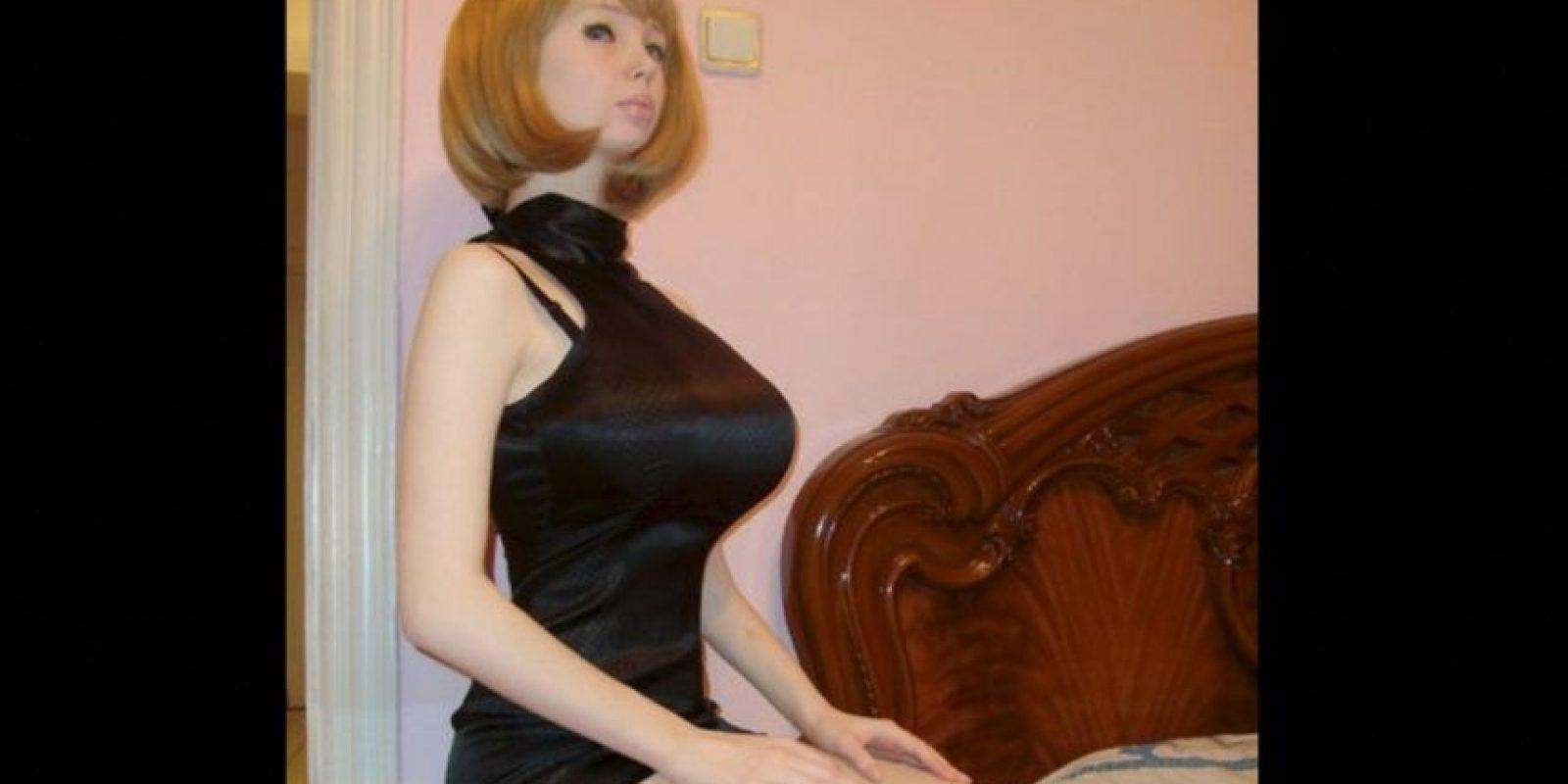 """Esta joven rusa se sometió a diferentes operaciones para completar su look como una """"Barbie"""" humana, en sus fotos se puede ver el trabajo que hace con el maquillaje y vestuario para simular las tantas facetas de la muñeca de juguete. Foto:Vía Facebook.com/lolitarichi"""