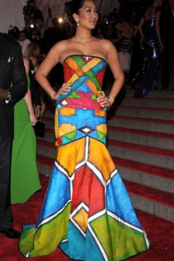 Kimora Lee Simmons debió sacar más dinero de su divorcio para comprar de paso… ¿un vestido que no pareciese un mural portátil? Foto:vía Getty Images