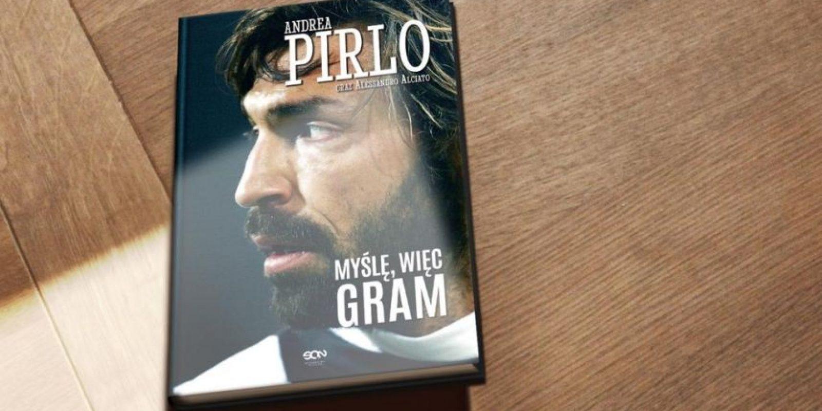 """Bueno, en general su libro, pero la portada de la obra es grandiosa. En 2013, Pirlo publicó su autobiografía titulada """"Pienso, luego juego"""". En ella narra su etapa como futbolista hasta ese año, cuando ya militaba en la Juventus. Foto:Vía Twitter.com/Pirlo_Official"""