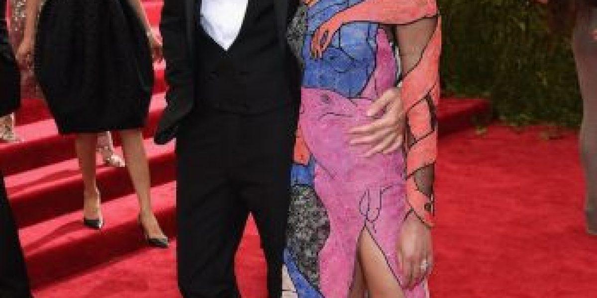 FOTOS: La novia de Robert Pattinson lució vestido con forma fálica en la #MetGala 2015