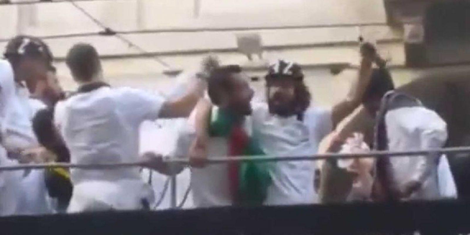 """En 2014, la Juventus festejó su tercer """"Scudetto"""" al hilo, lo cual llevó a los jugadores a festejar en un autobús especial en las calles de Turín. Ahí, la """"alegría"""" llevó a Pirlo a tomar de más y apareció visiblemente borracho en los festejos, tanto, que le costaba mantenerse de pie. Fotos de la celebración mostraron después al mediocampista dormido en la parte baja del vehículo a causa del alcohol. Foto:Vía Youtube.com/ItalianJazzFootball"""