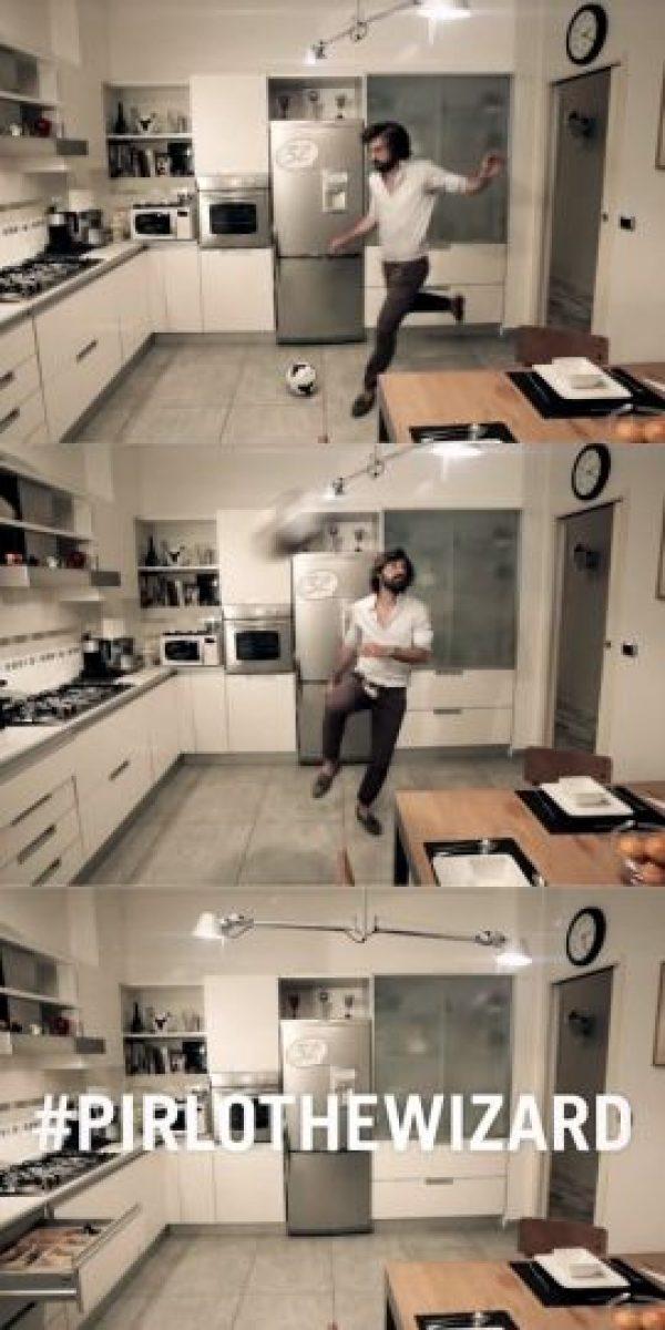 """Esto ocurrió en un comercial de una marca de autos. El futbolista apareció en una cocina y con destreza, pateó el balón hacia la alacena que tenía al lado provocando que este rebotara y diera exactamente en la lámpara de techo, y entonces, se apagó; algo imposible para los """"mortales"""". Foto:Vía Youtube.com/Jeep-People"""