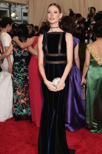 Behati Prinsloo, ¿hasta cuándo dejarás de usar gargantillas y trajes que te aplanan? Foto:vía Getty Images