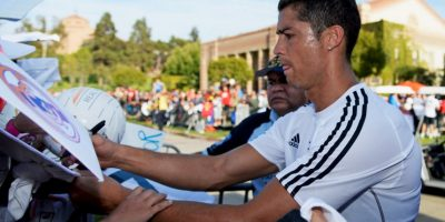 """El pasado 27 de abril, Cristiano Ronaldo y su compañero, Javier """"Chicharito"""" Hernández, le regalaron su playera a Fran, un joven hincha parapléjico. Al final del partido, los dos futbolistas acudieron al lugar del aficionado para entregarle el regalo. Foto:Getty Images"""