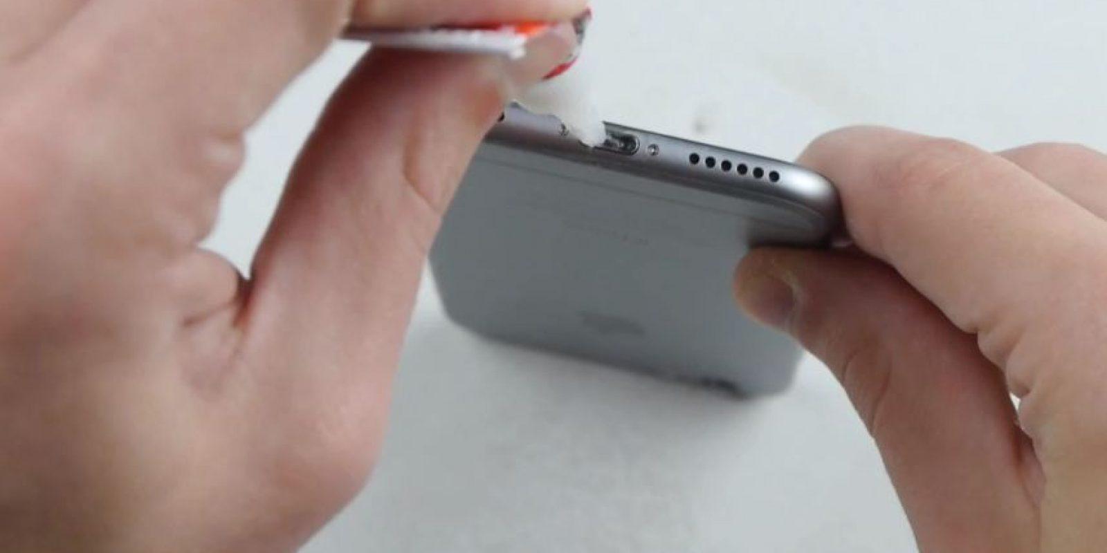 Otra forma es vertiendo pegamento líquido en el orificio del cargador y los audífonos. Foto:TechRax