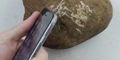 El iPhone es golpeado en una de sus esquinas con una roca. Foto:TechRax