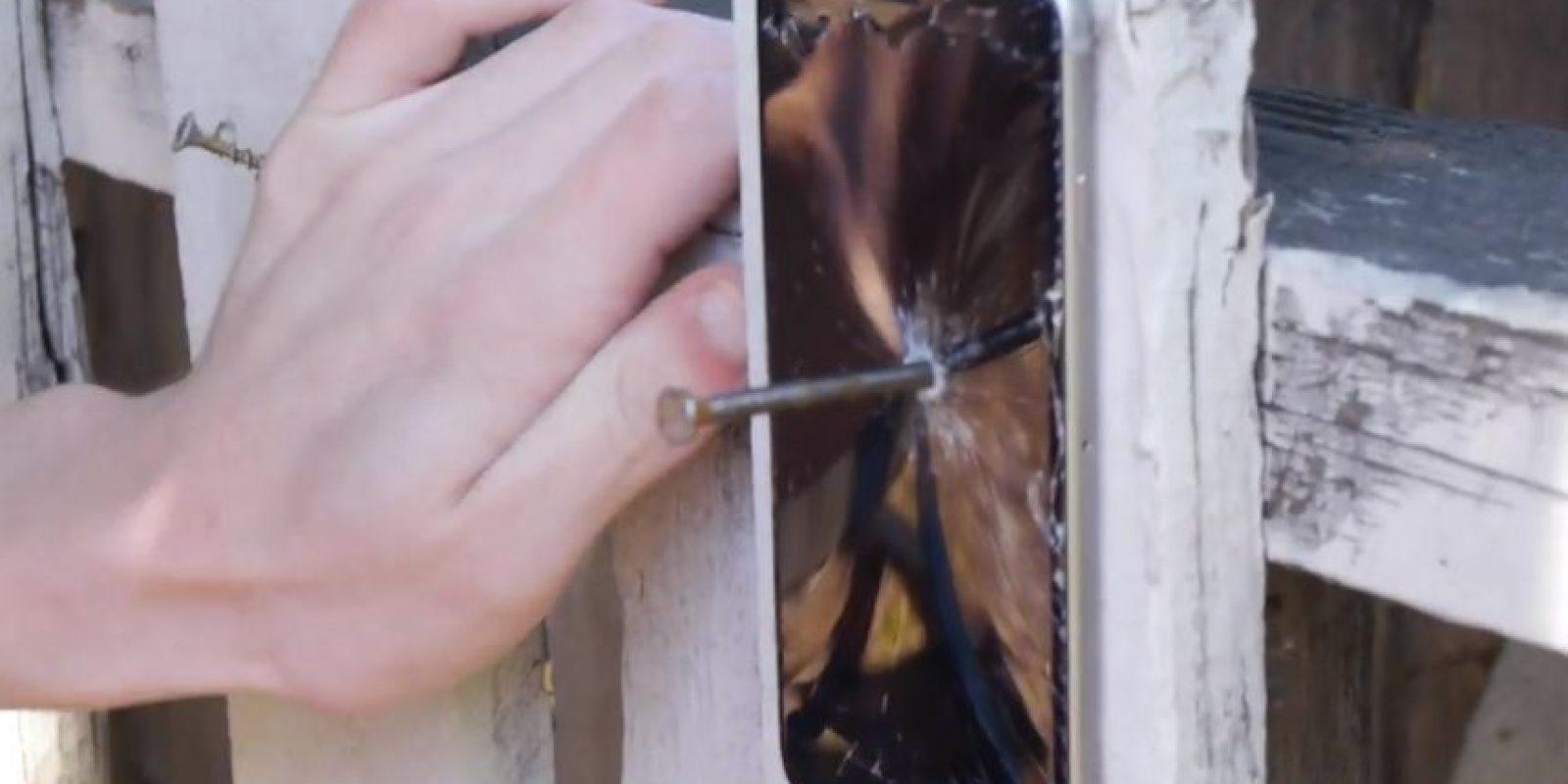 El iPhone es traspasado con el clavo dejándolo completamete inservible. Foto:TechRax
