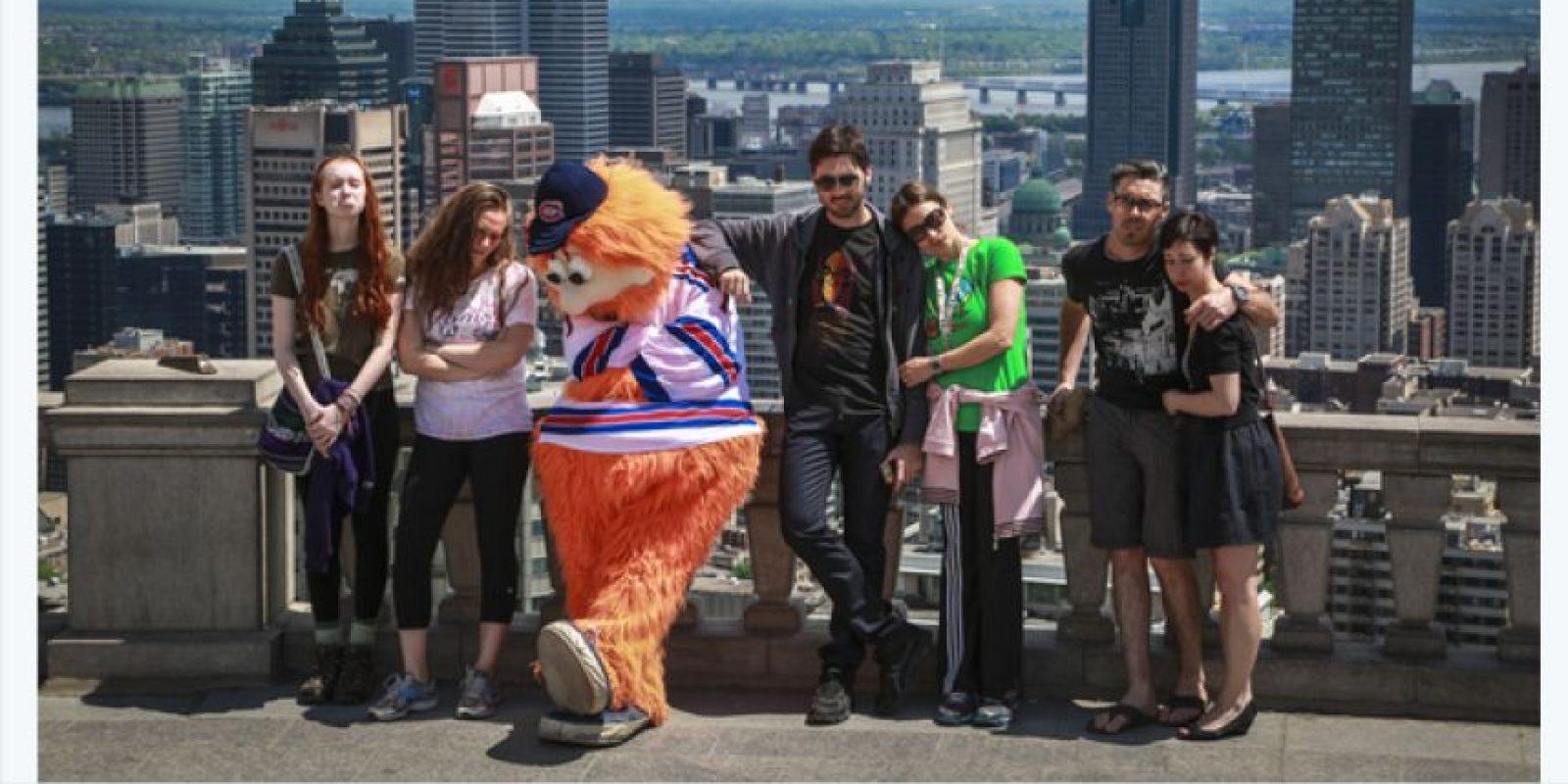 La mascota del equipo de hockey Montreal Canadiens perdió una apuesta con el humorista Jimmy Fallon y debió tomarse fotos triste por toda Montreal… con una camiseta de los New York Rangers. Foto:Twitter / @CanadiensMTL