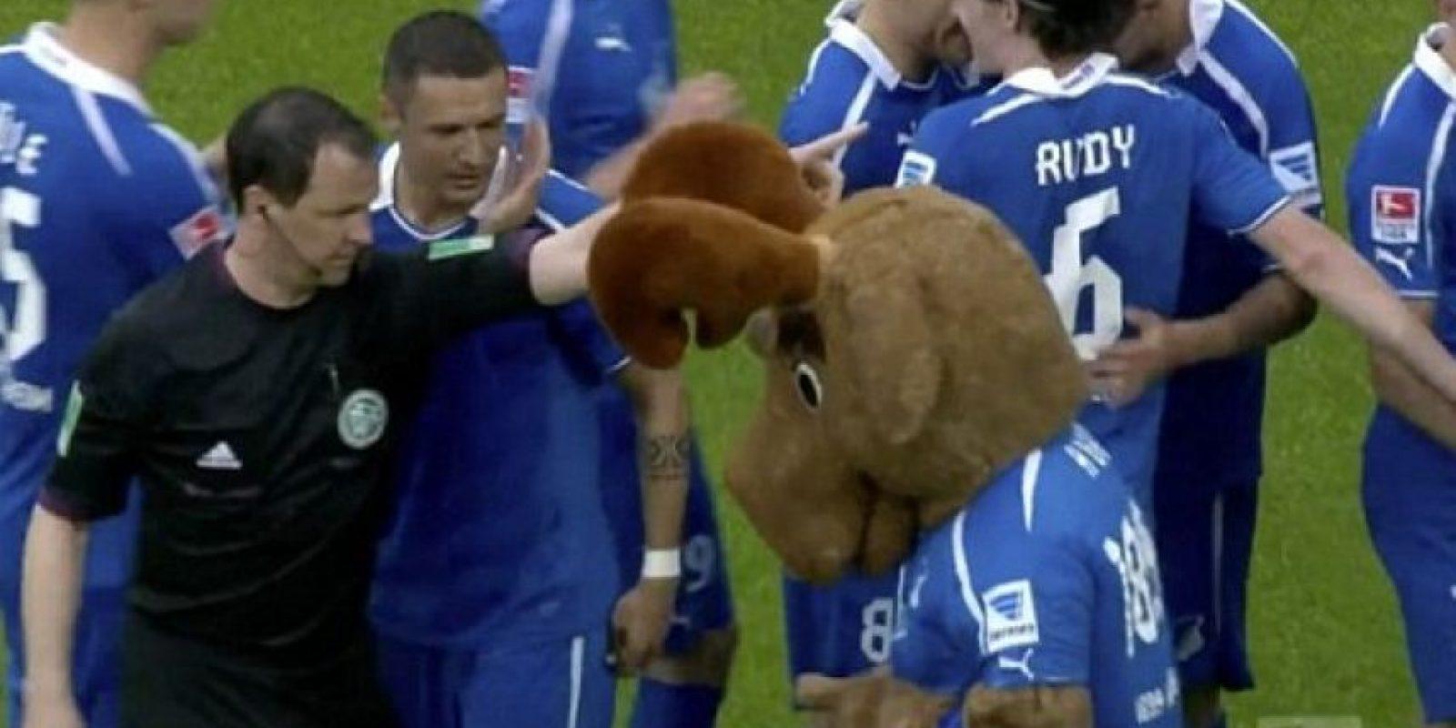 Hoffi el Alce, mascota del Hoffenheim, fue expulsado en 2014 por celebrar muy efusivamente un gol de su equipo. Foto:Tomada de dailymail.co.uk