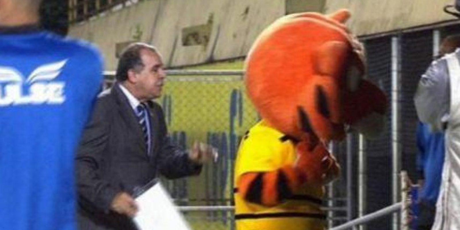"""En Brasil, el tigre de Sao Bernardo fue expulsado en marzo de 2015 por hacerle señas de """"cerdos"""" a los hinchas de Palmeiras. Foto:Captura de pantalla globoesporte.globo.com"""