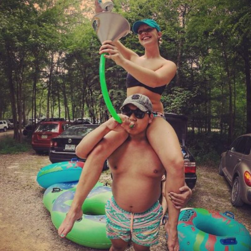 """3. Así como la mujer que se porta """"como un tipo"""", el hombre con dadbod tampoco tiene complejos con las comidas y ama la pizza y la cerveza. Foto:vía Instagram/collegedadbods"""