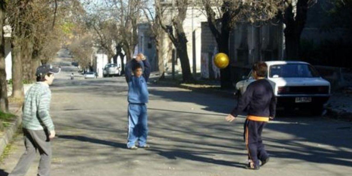 Niños son denunciados por jugar en la calle