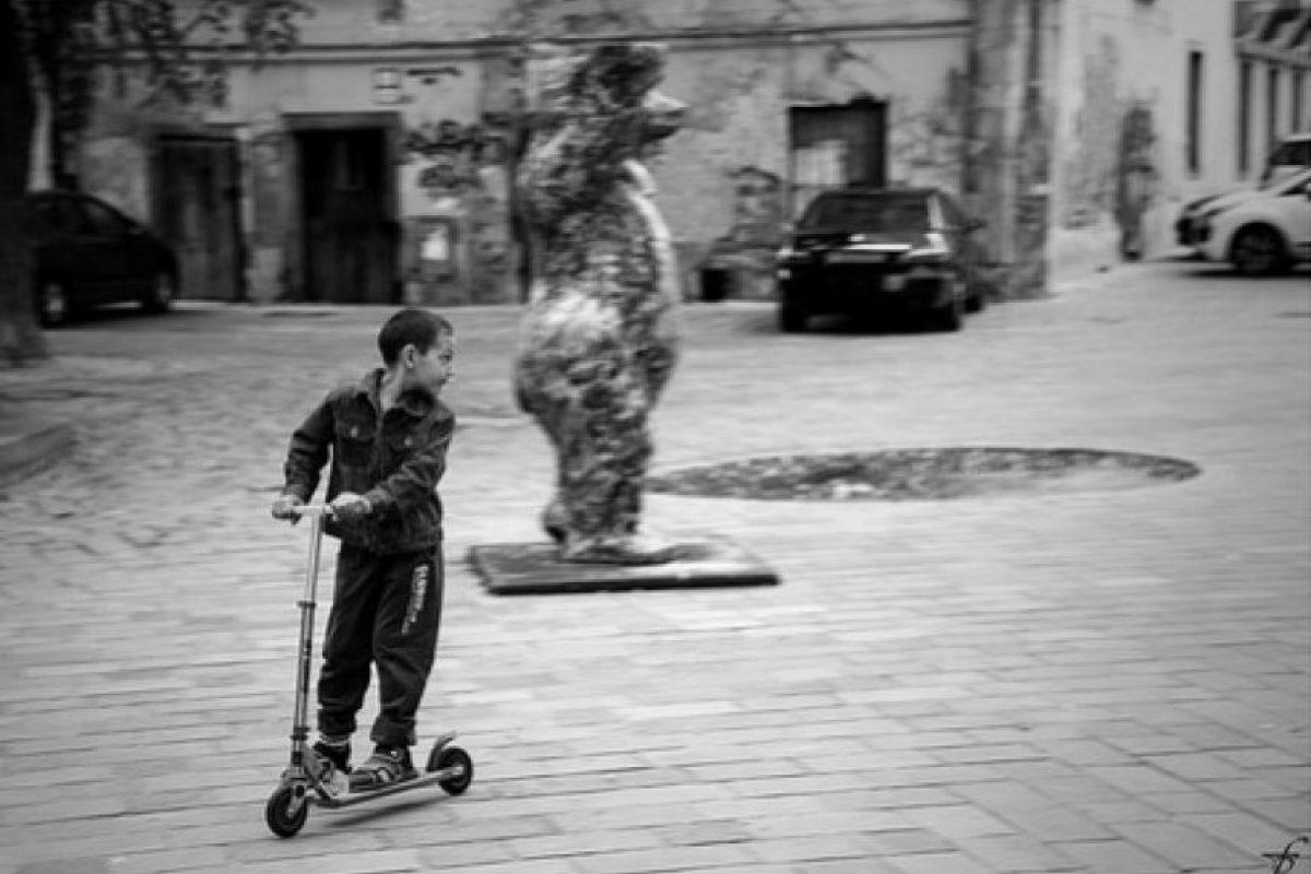 1. Jugar, correr o escalar en un parque o en la calle, ayuda al niño a mejorar la habilidad motriz y la coordinación. Foto:Pixabay