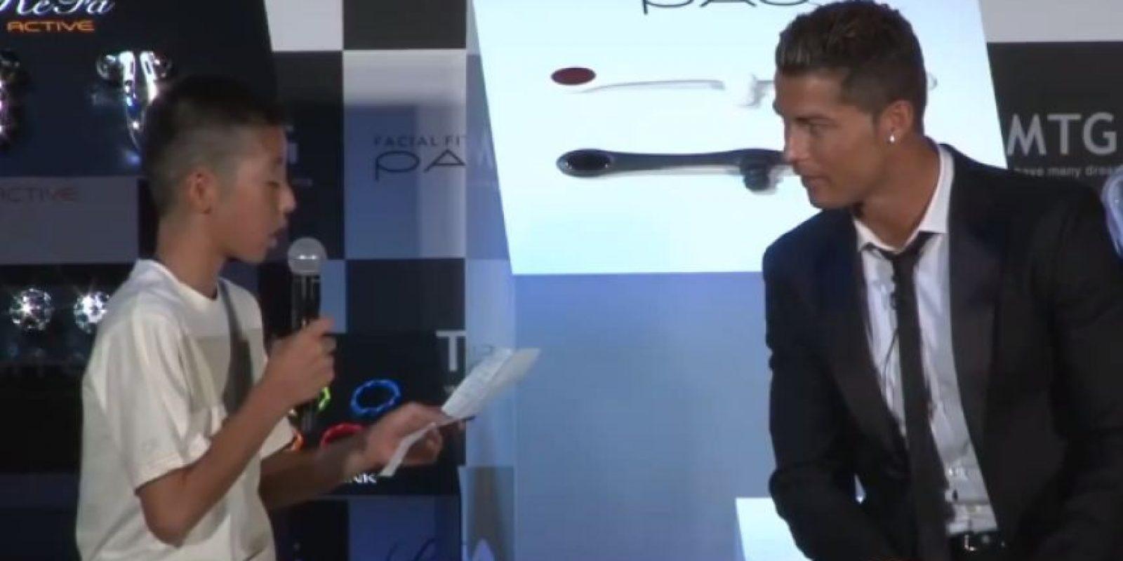 En esta ocasión, tuvo un amable gesto con un niño japonés que lo entrevistó en portugués. El futbolista lo defendió ante las risas del público por su nerviosismo. Foto:Vía YouTube.com/CristianoRonaldo07TV