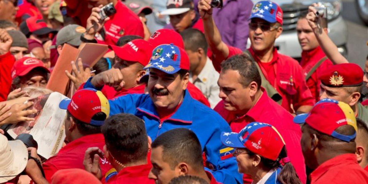 VIDEO: Le lanzan un pañal a Nicolás Maduro
