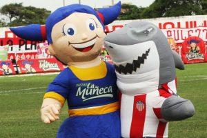 """A Willy el Tiburón se lo vio """"muy acaramelado"""" con la muñeca de un patrocinador del Junior en varios partidos de 2010 y 2011. Foto:Captura de pantalla elheraldo.co"""