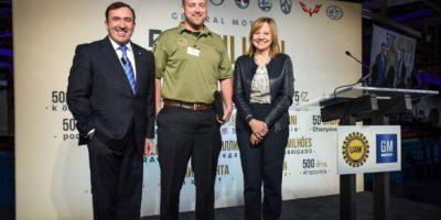 En la foto de izquierda a derecha: Alan Batey, presidente de GM Norteamérica; Trent Brining, veterano de la guerra de Iraq con la llave de un Chevrolet Malibú 2016 y Mary Barra, CEO de General Motors. Foto:Cortesía chevrolet