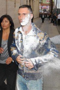 El vocalista de Maroon 5 recibió un ataque cuando se retiraba del programa de Jimmy Kimmel. Foto:Grosby Group