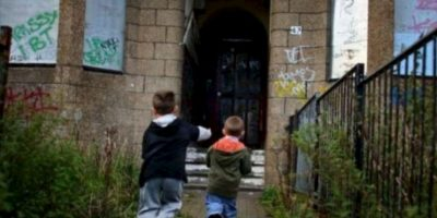 Los propios padres también vienen de entornos maltratadores. Foto:vía Getty Images