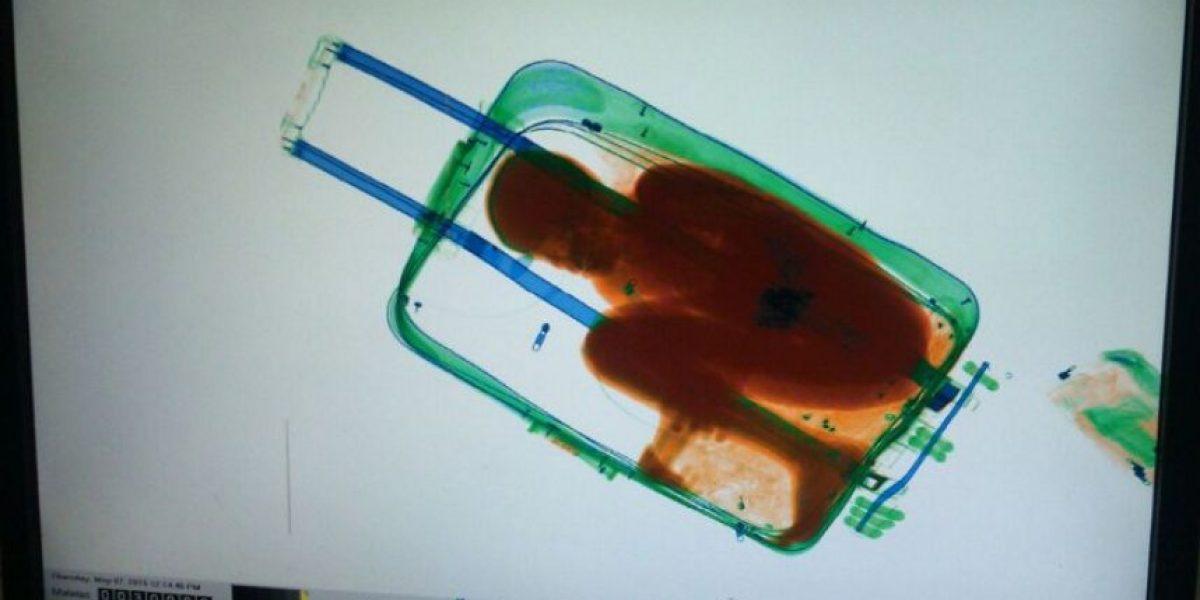 FOTOS: Así descubrieron a un niño migrante en el interior de una maleta