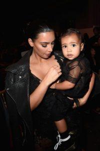 Aunque muchos aseguran que North es muy parecida a su padre, el rapero Kanye West, la socialité nos demostró que su hija podría ser su gemela. Foto:Getty Images