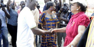 La presidenta de Liberia, Ellen Johnson Sirleaf, empezó a estrechar manos, acto que ya no se practicaba en el país por sanidad. Foto:AFP