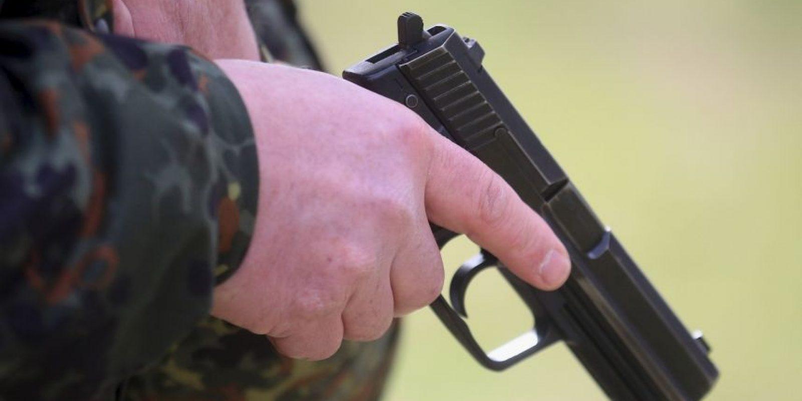 El arma que portaba no tenía algún permiso, ni era de uso militar. Foto:Getty Images
