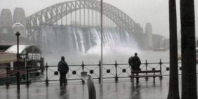 """3. Cascadas falsas en puente de Sydney. Dicha imagen se hizo viral en redes, sin embargo, es un montaje de la agencia """"Creative Order"""". Foto:Twitter"""