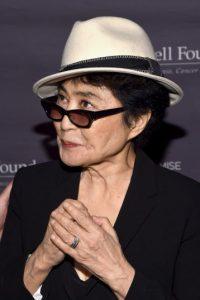 Es una artista japonesa, conocida por ser la segunda esposa de John Lennon Foto:Getty Images