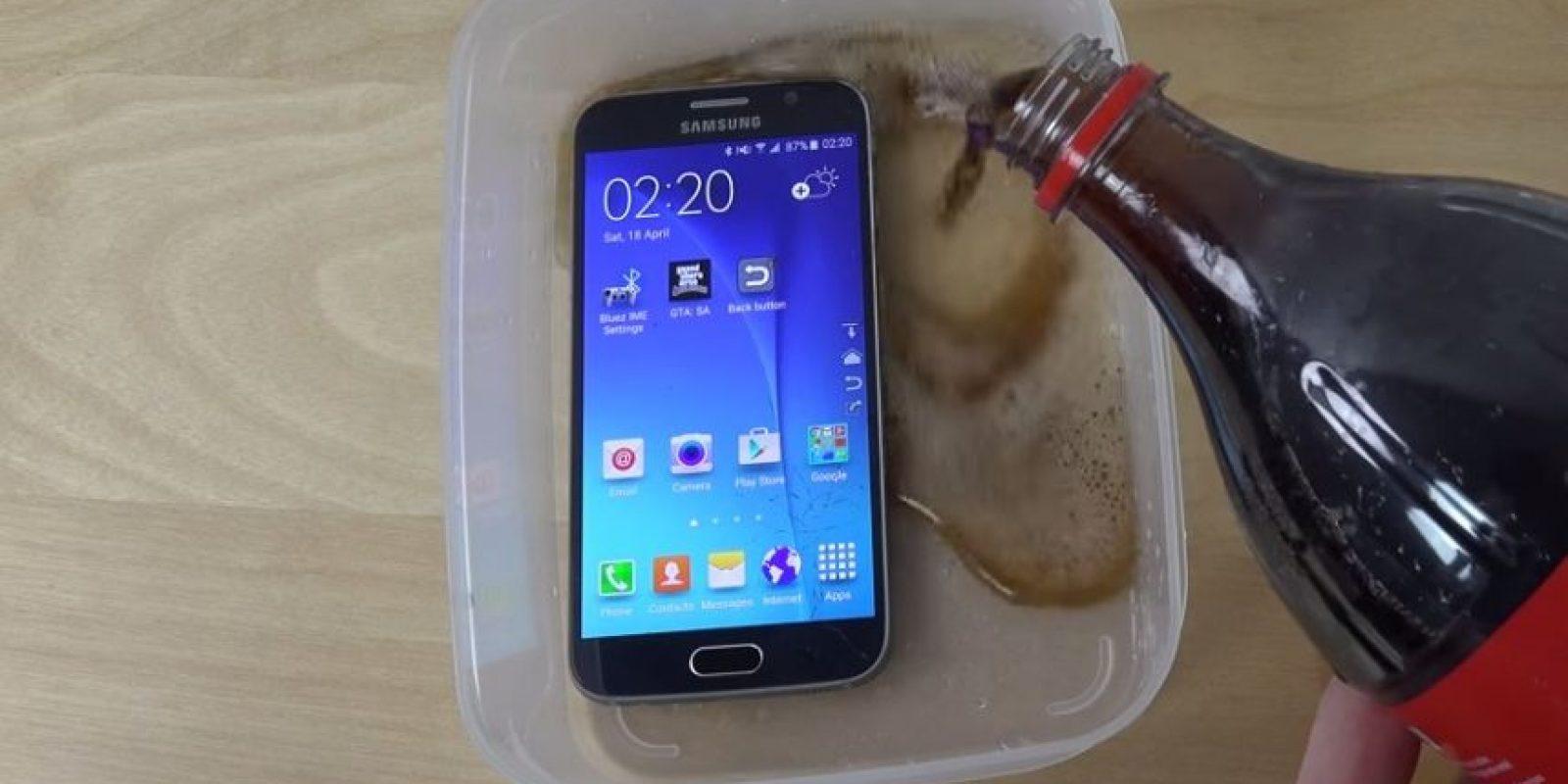 Samsung Galaxy S6 ante una prueba con refresco de cola. Foto:adrianisen