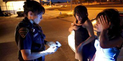 Solo intentó detener a dos chicas que estaban peleando en la parte superior de su coche. Foto:Getty Images