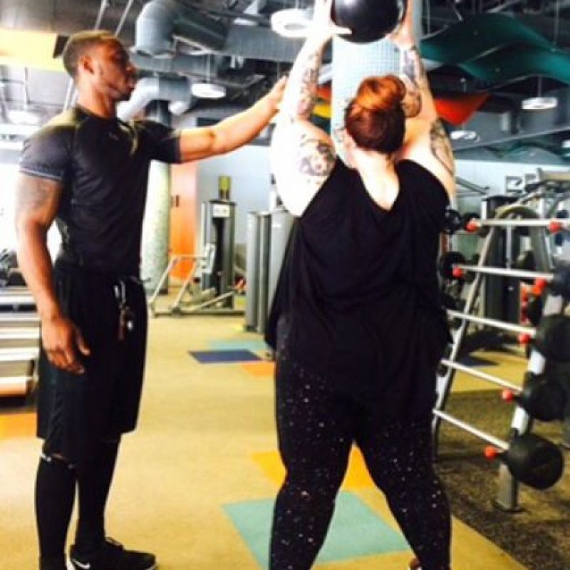 Ante eso, Tess mostró que no hace apología a la obesidad y al sedentarismo al compartir una instantánea en Instagram, donde se le ve trabajando con su entrenador personal. Foto:vía Instagram/Tess Holliday