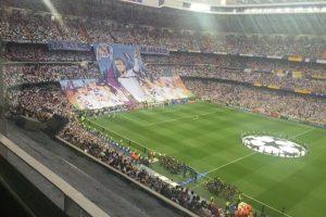 El mosaico presentó imágenes y mensajes de aliento al club merengue. Foto:Vía twitter.com/bernabeudigital