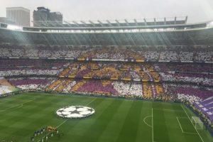 Con este mosaico, el Santiago Bernabéu recibió a ambas plantillas. Foto:Vía twitter.com/realmadridcf