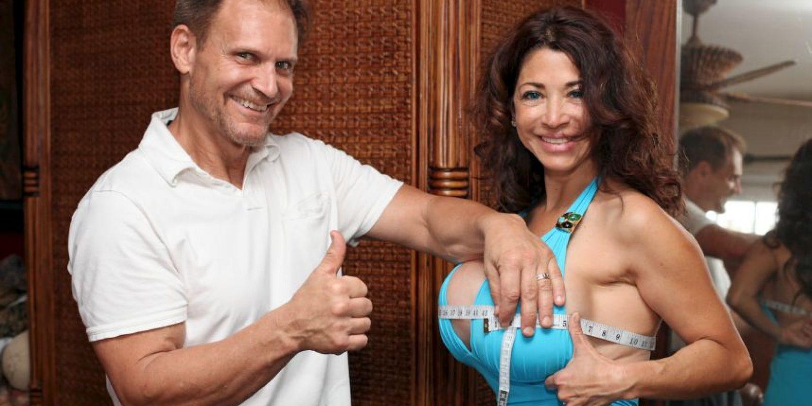 """Hay gente cuyas metas en la vida son peculiares y está la de Ivan LeCasque, quien escribió un """"manual"""" para que los esposos convenzan a sus compañeras de aumentar el tamaño de su busto. Foto:vía Barcroft Media /OtherImages"""