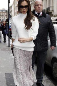 ¡Taran! Las faldas midi son lo de hoy, chicos. Que lo diga Victoria Beckham. Foto:vía Getty Images