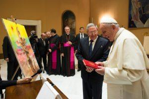 """""""Si continúa así, yo podría regresar a la iglesia a rezar"""", expresó Raúl Castro tras reunirse con el pontífice este fin de semana. Foto:AFP"""