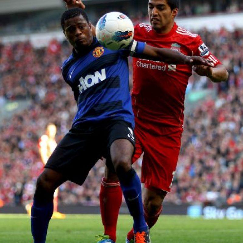 """Su conflicto con Luis Suárez comenzó en 2011, cuando """"Lucho"""" jugaba para el Liverpool y Evra para el Manchester United. En aquella ocasión, el francés acusó al uruguayo de llamarlo """"negro"""" de forma despectiva. Foto:Getty Images"""