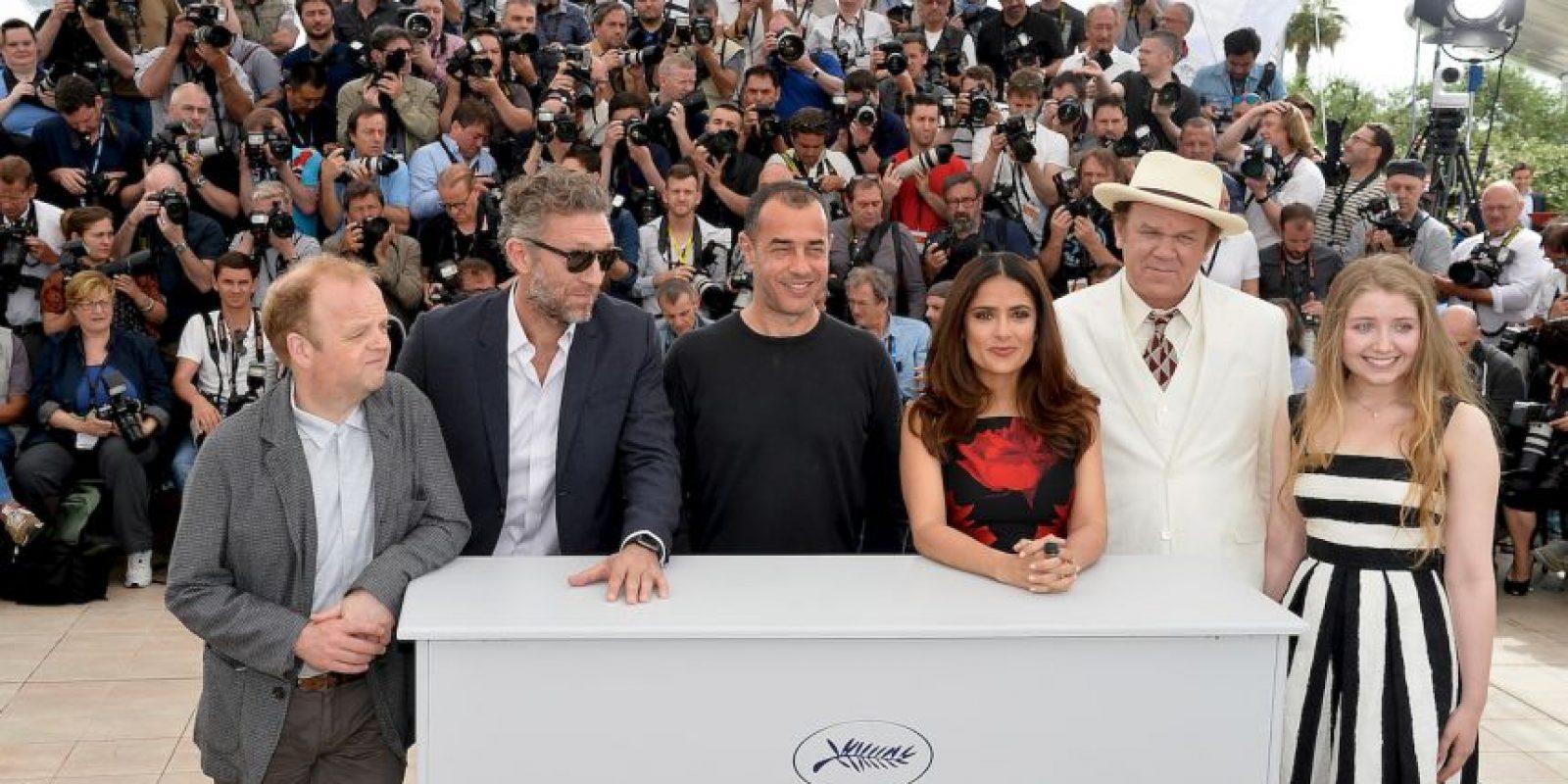 Salma se colocó delante de los periodistas para inmortalizar el momento Foto:Getty Images