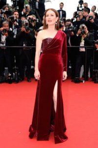 Julianne Moor lució un vestido rojo de terciopelo Foto:Getty Images